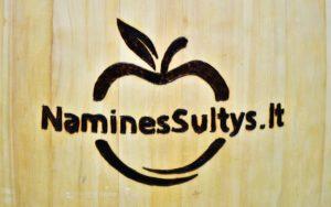 Naminės sultys logo